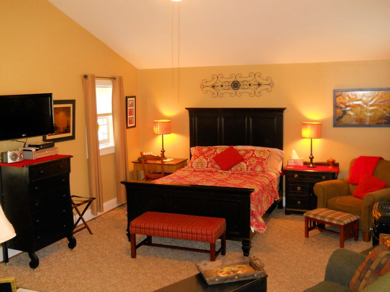 Rosebud Cottage bedroom at Piney Hill Bed & Breakfast and Cottages in Luray, VA